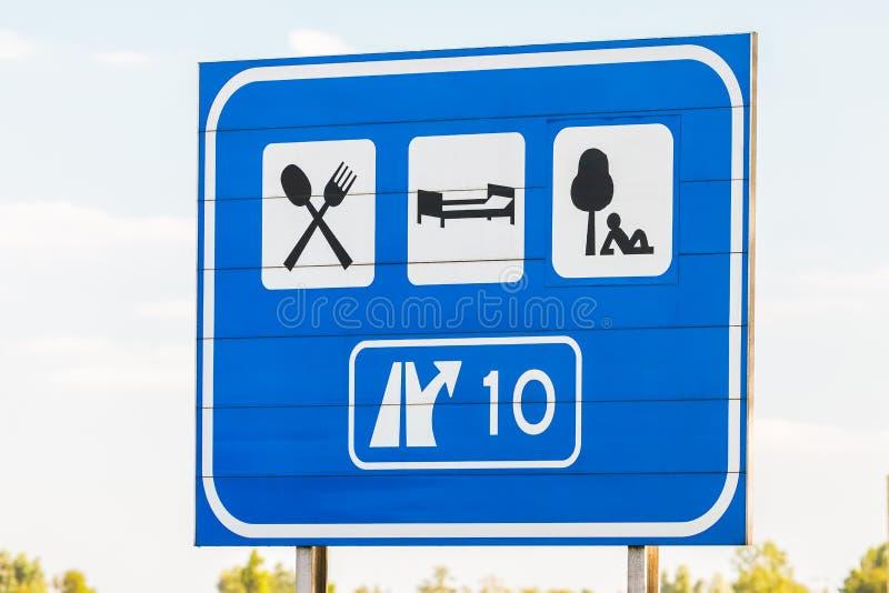 Sinal holandês da saída da estrada com sentidos do turista fotografia de stock royalty free