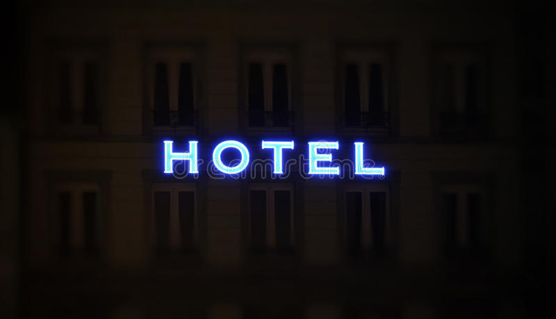 Sinal iluminado do hotel tomado na noite foto de stock royalty free