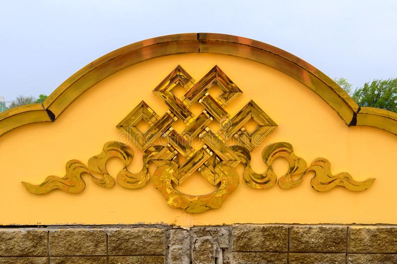 Sinal infinito dourado do nó no templo budista imagem de stock royalty free