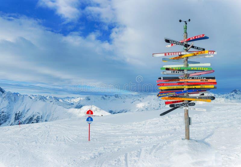 Sinal Ischgl da estrada transversaa, Áustria imagens de stock royalty free