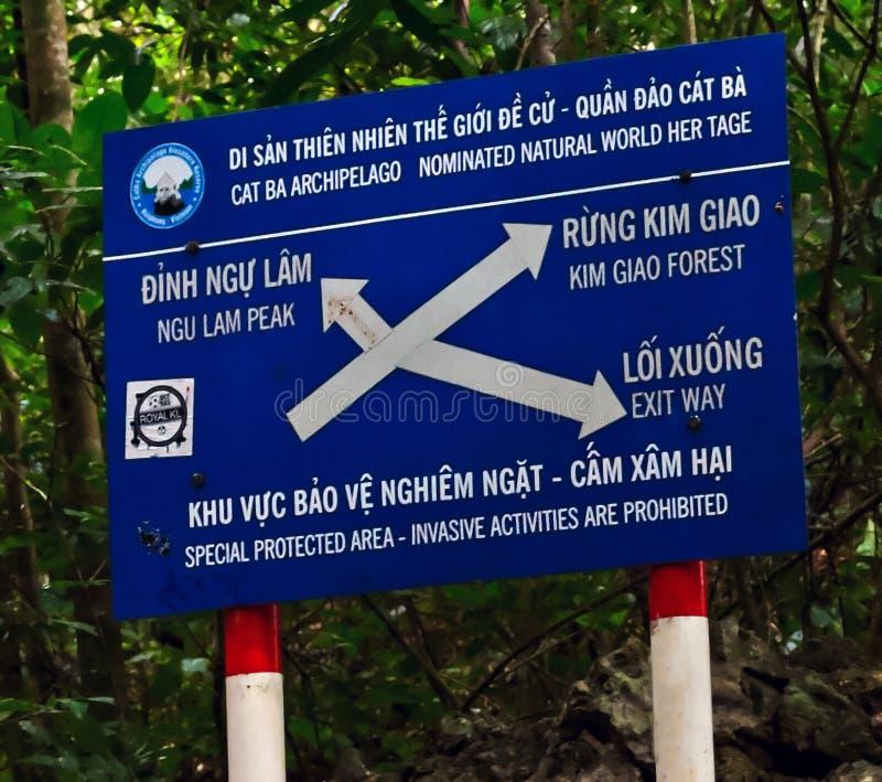Sinal Kim Giao Forest e Ngu Lam Peak da navegação fotografia de stock royalty free