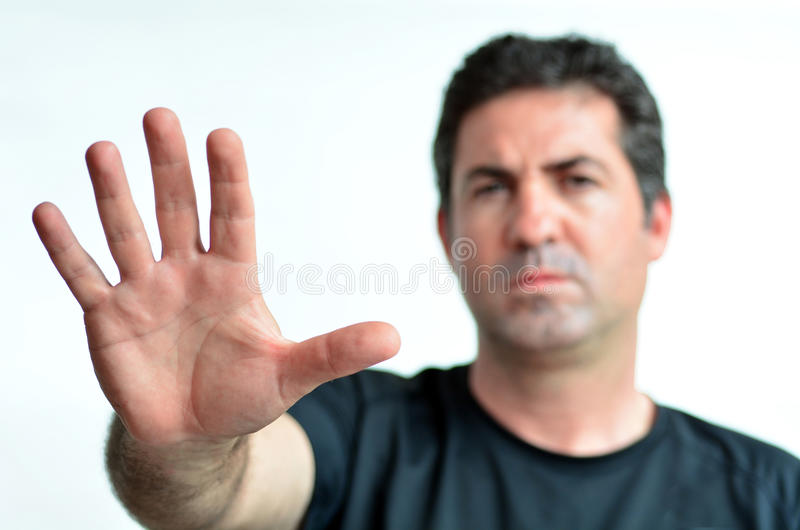 Sinal maduro virado da parada da mostra do homem com sua palma. fotos de stock