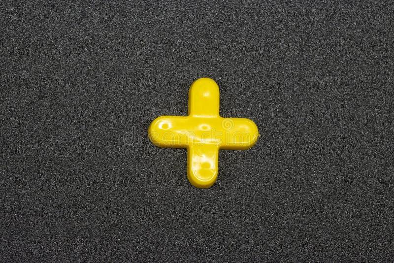 Sinal matemático em um fundo cinzento fotografia de stock