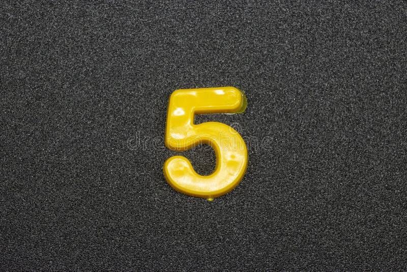 Sinal matemático em um fundo cinzento fotografia de stock royalty free