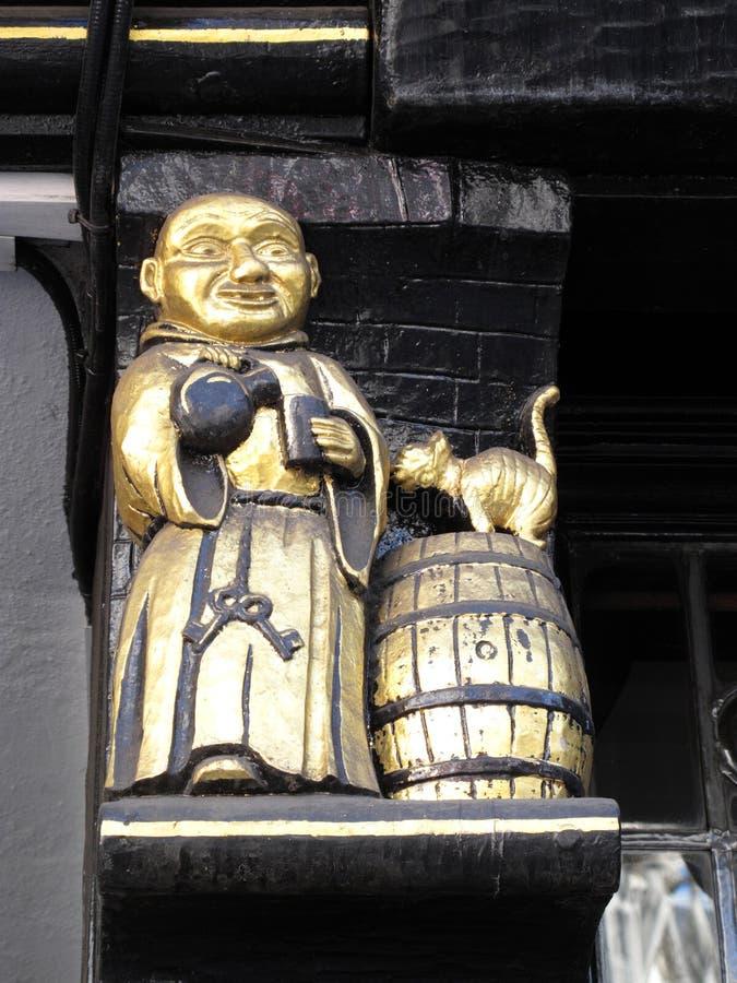 Sinal medieval do Pub que mostra uma cerveja inglesa bebendo da monge imagem de stock