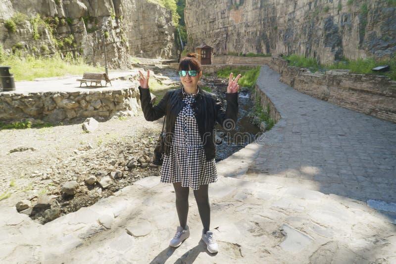 Sinal mostrando fêmea novo da vitória no parque imagem de stock royalty free