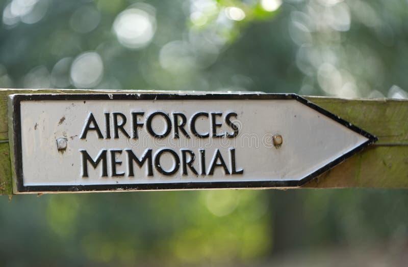 Sinal, mostrando a maneira ao memorial das forças aéreas, Runnymede, Surrey imagens de stock