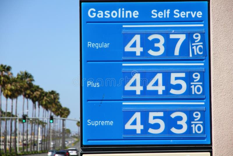 Sinal muito ao alto do preço de gás com palmeiras imagem de stock royalty free