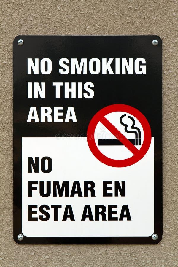 Sinal não fumadores bilíngue imagem de stock