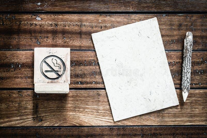 Sinal não fumadores e sagacidade vazia do papel da amoreira e a de madeira dos lápis fotografia de stock royalty free
