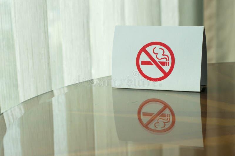 Sinal n?o fumadores na tabela fotografia de stock royalty free