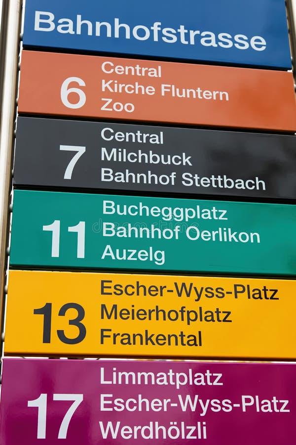 Sinal na parada do bonde na rua de Bahnhofstrasse em Zurique foto de stock royalty free