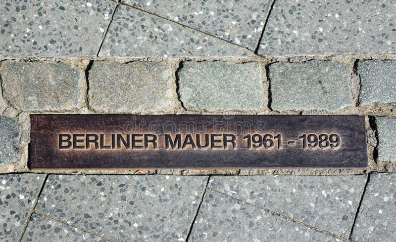 Sinal na rua, berlinês Mauer do muro de Berlim imagem de stock
