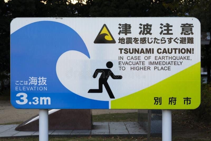 Sinal nacional com o cuidado do tsunami colocado em cada cidade perto da costa em Kyushu, Japão fotografia de stock