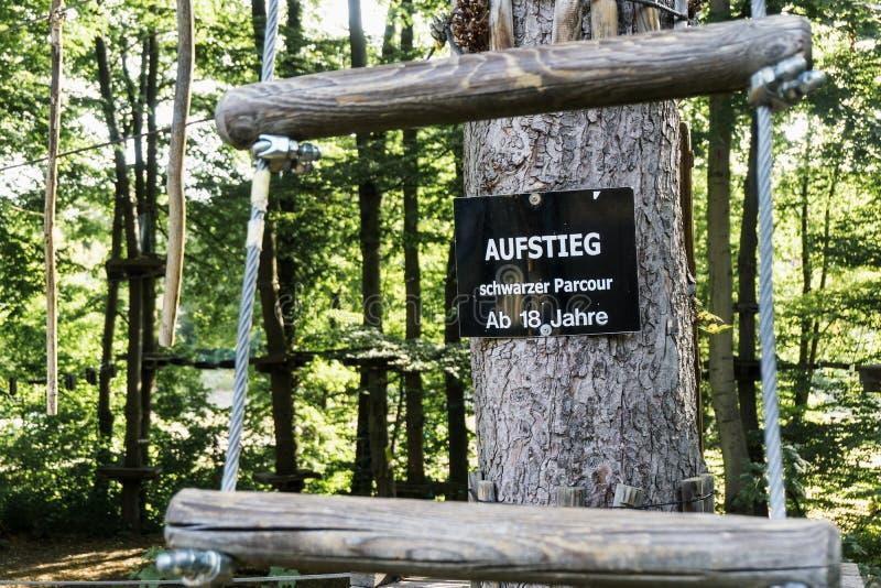 Sinal no jardim de escalada em Thale com a inscrição: parcour preto, subida permitida somente de 18 anos sobre imagem de stock royalty free