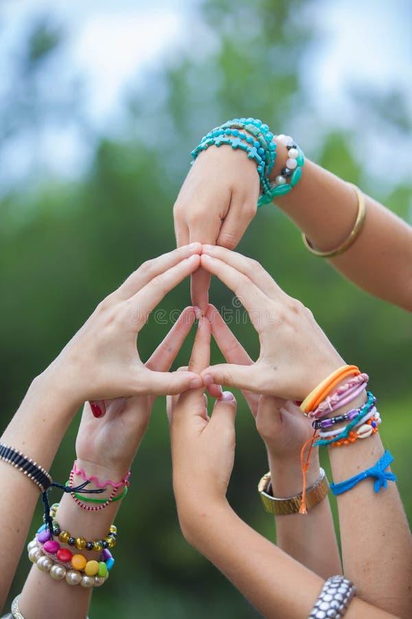 Sinal ou símbolo de paz feito com mãos fotos de stock