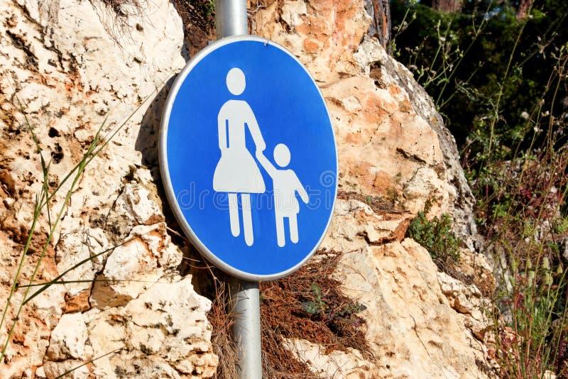 Sinal ou símbolo para pedestres Sinal de estrada de advertência do sinal azul b imagem de stock