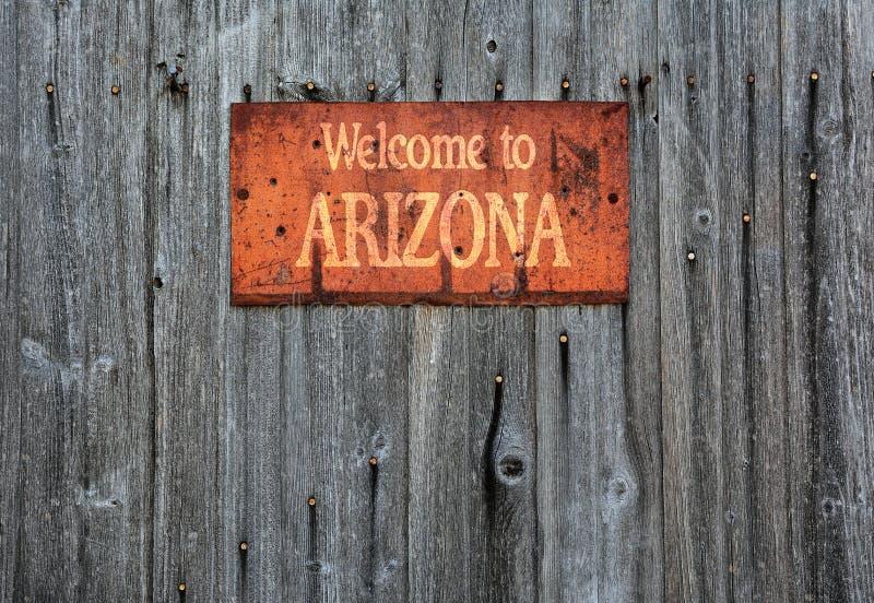 Sinal oxidado do metal com a frase: Boa vinda ao Arizona imagens de stock royalty free