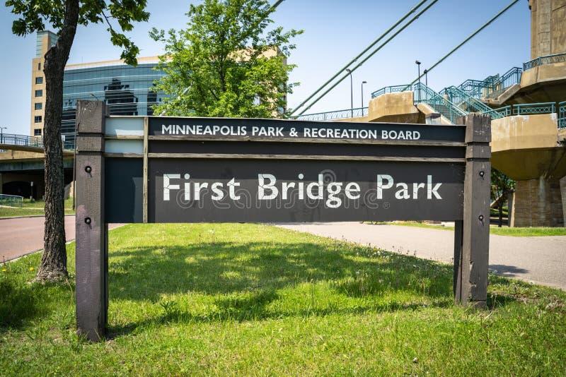 Sinal para o primeiro parque da ponte, situado em Minneapolis do centro Minnesota fotografia de stock