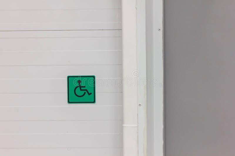 sinal para povos com inabilidades em um fundo verde imagem de stock