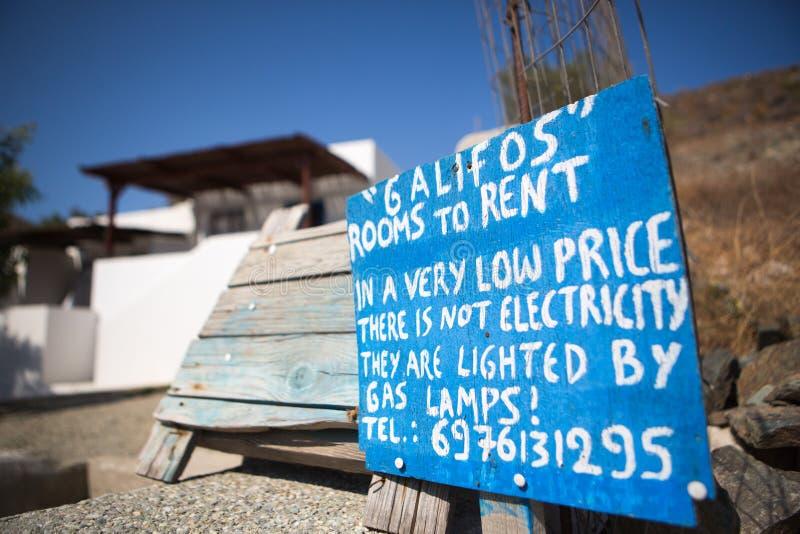Sinal para salas muito baratas para o aluguel fotografia de stock