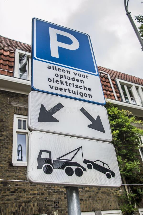 Sinal para um lugar de estacionamento bonde do carro em Amsterdão os Países Baixos fotografia de stock