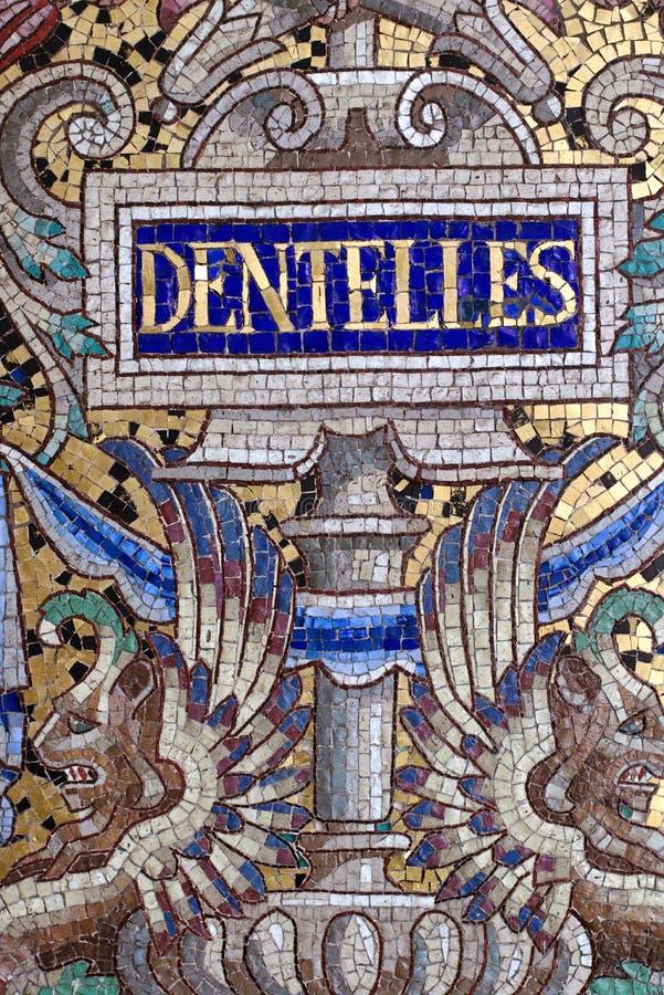 sinal Paris França do laço de Bon Marche Mosaic Mural do armazém imagem de stock royalty free