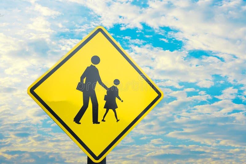 Sinal perto da espera da escola para a cruz da criança a estrada fotografia de stock royalty free