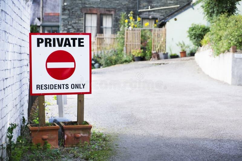 Sinal privado dos residentes somente na entrada do parque de estacionamento imagem de stock royalty free