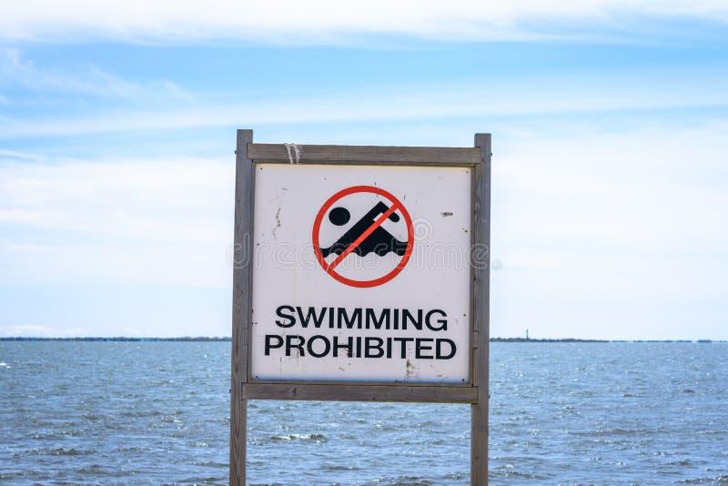 Sinal proibido nadador foto de stock royalty free