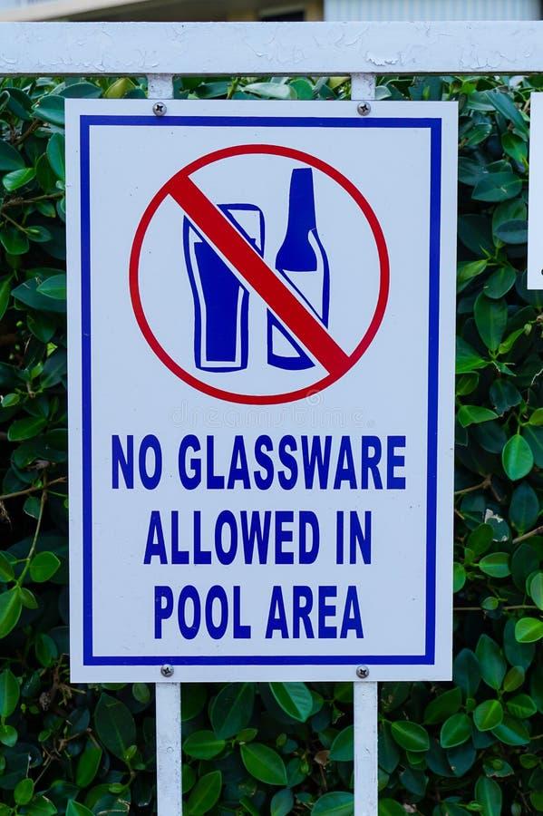 Sinal que diz a povos que os produtos vidreiros não estão permitidos na área de piscina fotografia de stock