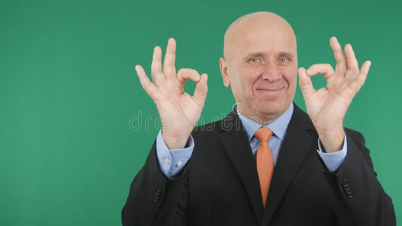 Sinal que feliz da mão de Make Double Ok do homem de negócios um bom trabalho gesticula fotografia de stock royalty free
