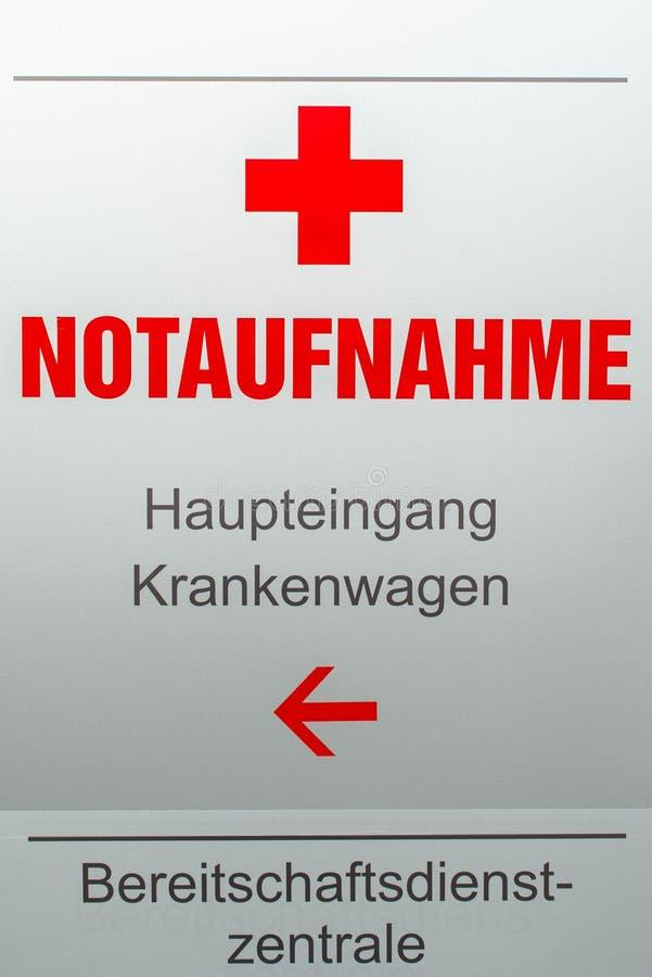 Sinal que indica a entrada principal ao departamento de emergência no hospital fotografia de stock