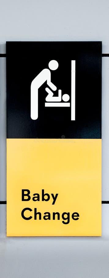 Sinal que indica a mudança do bebê com símbolo do bebê em mudança da mãe foto de stock royalty free