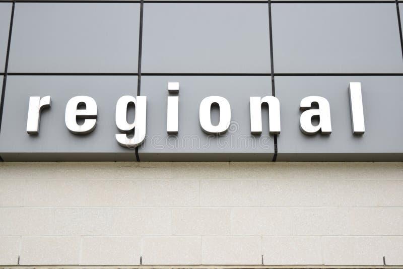 Sinal regional grande no fundo cinzento no lado de uma construção da colagem imagem de stock royalty free