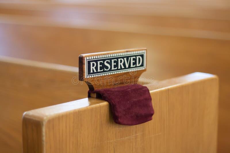 Sinal reservado no banco da igreja foto de stock royalty free