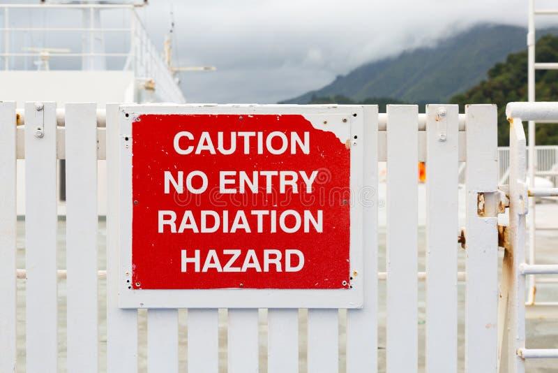 Sinal resistido com cuidado nenhuma entrada - perigo de radiação fotografia de stock