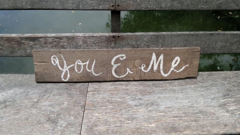 Sinal romântico do ponto do amante na ponte de madeira imagem de stock