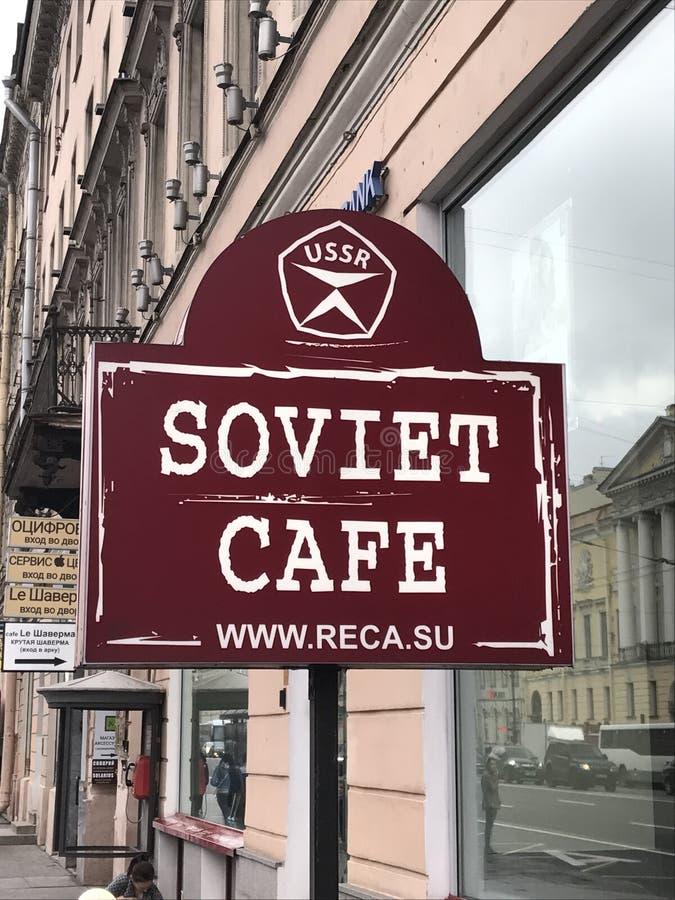 Sinal soviético do café fora do restaurante em St Petersburg foto de stock royalty free