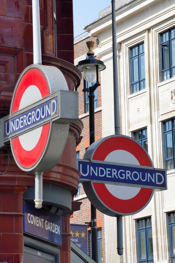 Sinal subterrâneo de Londres no jardim de Covent fotografia de stock
