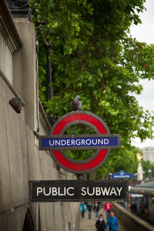 Sinal subterrâneo do tubo de Londres em uma parede imagem de stock