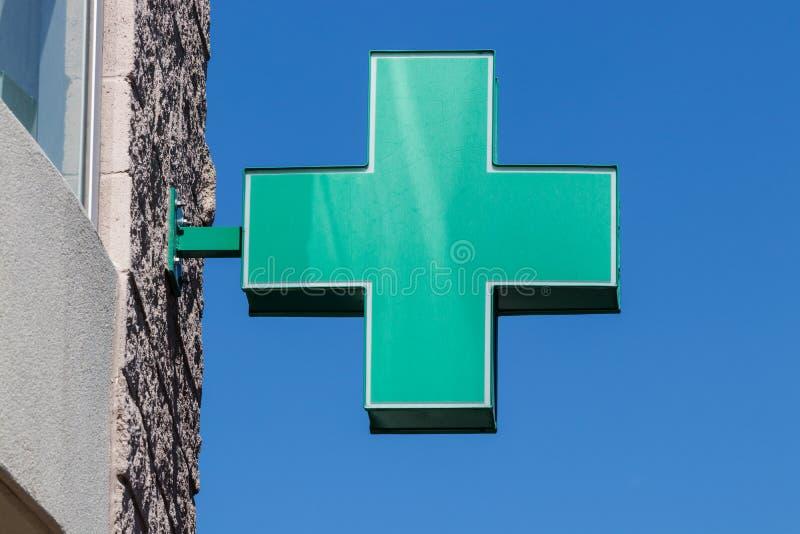 Sinal transversal verde O símbolo transversal verde para a marijuana Um número de estados legalizaram o potenciômetro para o uso  foto de stock royalty free