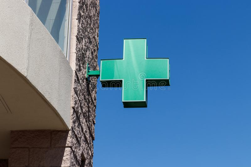 Sinal transversal verde O símbolo transversal verde para a marijuana Um número de estados legalizaram o potenciômetro para o uso  imagens de stock