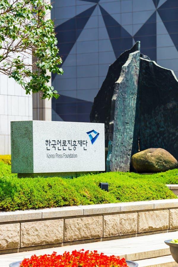 Sinal V da entrada da fundação da imprensa de Seoul Coreia fotografia de stock