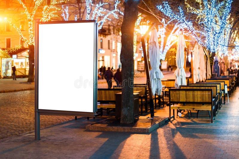 Sinal vazio da bandeira do lightbox da rua na noite foto de stock