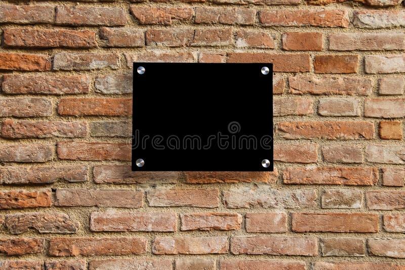 Sinal vazio da informação na parede de tijolo velha foto de stock royalty free