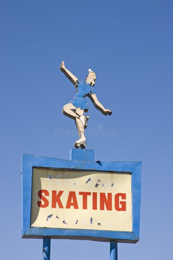 Sinal velho da patinagem de rolo imagens de stock royalty free