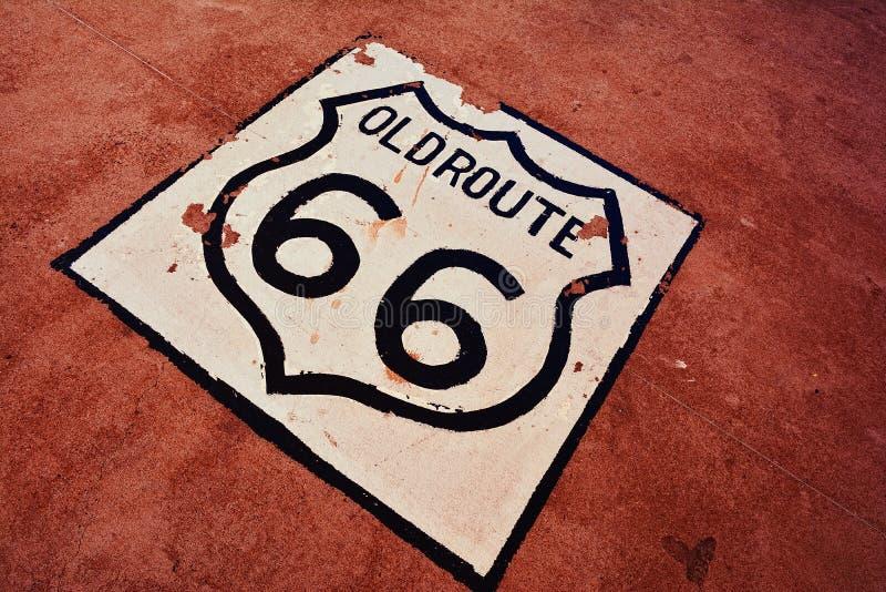 Sinal velho de Route 66 no asfalto foto de stock