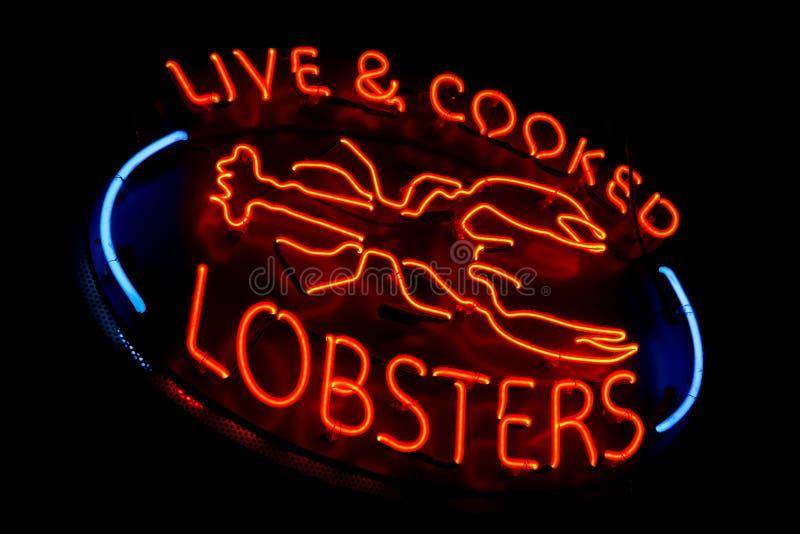 Sinal velho vivo e cozinhado da loja da luz de néon das lagostas imagens de stock royalty free
