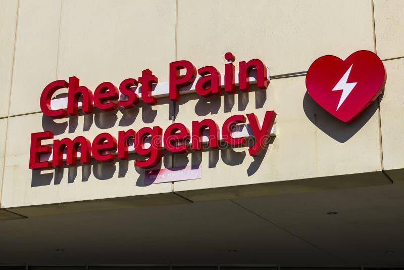 Sinal vermelho da entrada da emergência para um hospital local XVII fotografia de stock royalty free